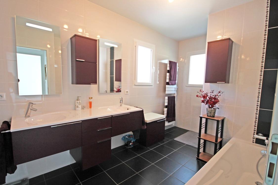 Salle de bain moderne et chaleureuse dans une maison SATOV