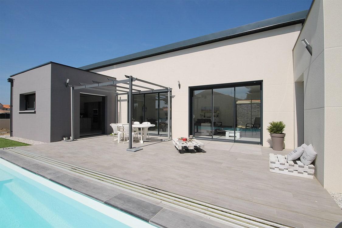 Terrasse de maison individuelle SATOV avec pergola et piscine